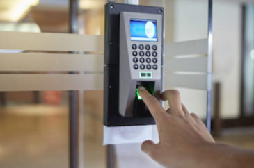 Qual a diferença entre controle de acesso físico e remoto?